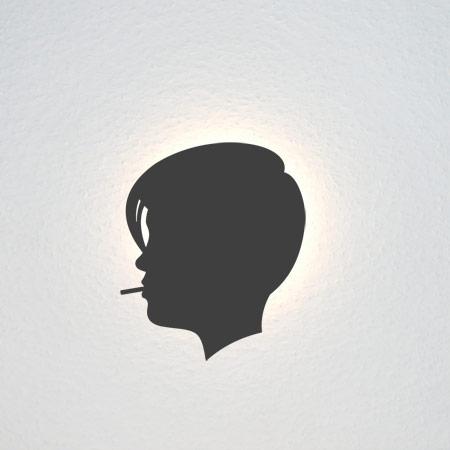 Junge Frau mit kurzem Haar und Zigarette